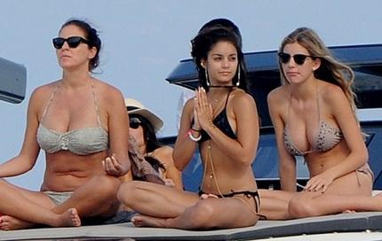 Vanessa khoe vòng hai phẳng và thân hình khỏe khoắn khi mải mê trò chuyện với hai người bạn.
