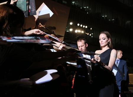 Angelina Jolie ký tặng báo giới và các fan