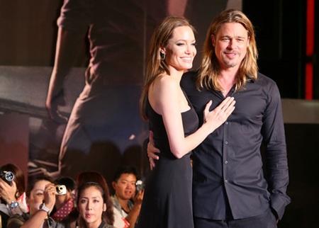 Angelina Jolie e lệ bên bạn trai, cha của 6 đứa con của cô.