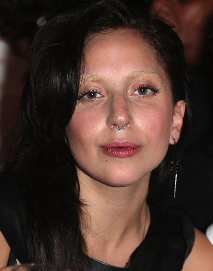 Lady Gaga thay đổi hình ảnh với lông mày nhuộm vàng, tóc nhuộm đen, mặt mộc và đeo khuyên mũi