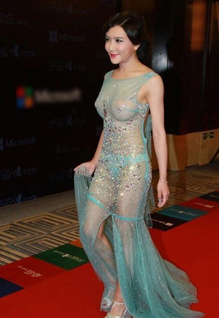Lại sốc với váy áo có mà như không của Tân Phan Kim Liên