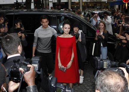 Nữ diễn viên Trung Quốc mặc một chiếc đầm đỏ kiểu dáng vô cùng lạ mắt và ấn tượng.