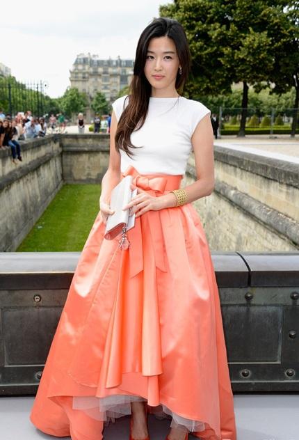 Nữ diễn viên xứ Hàn Jeon Ji Hyun diện chiếc váy rất cầu kỳ và đẹp mắt