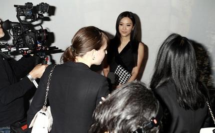 Từ Tịnh Lôi vui vẻ trả lời phỏng vấn của báo giới quốc tế