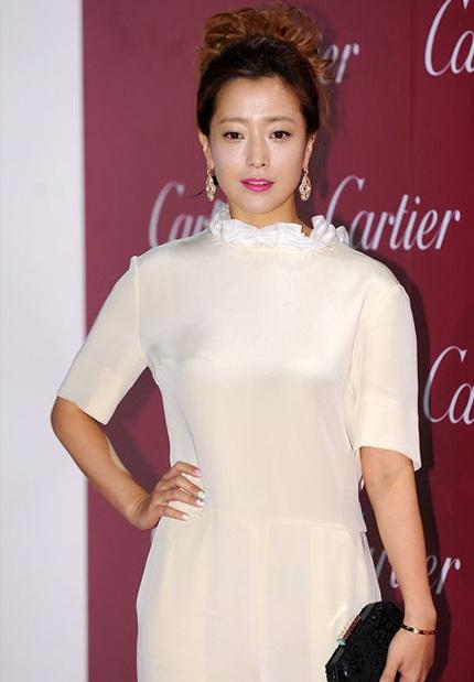 Kim Hee Sun với phong cách thời trang nửa kín nửa hở