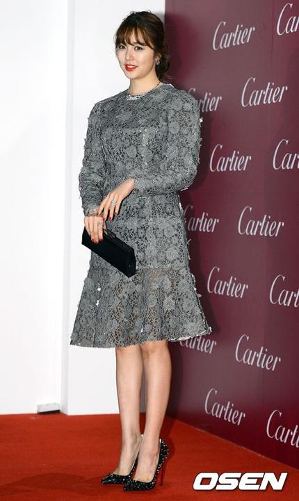 Yoon Eun Hye ăn vận có phần kín đáo và giản dị