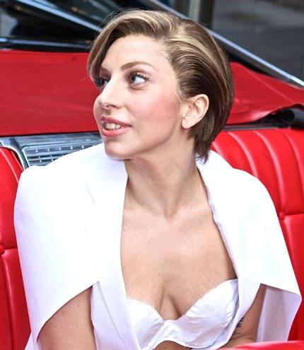 Diện đầm trắng cách điệu, ngôi sao 27 tuổi Lady Gaga có mặt tại chương trình