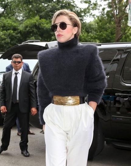 Ngôi sao ca nhạc 27 tuổi ăn mặc kín đáo khi đi dạo phố trong chuỗi ngày bận rộn.