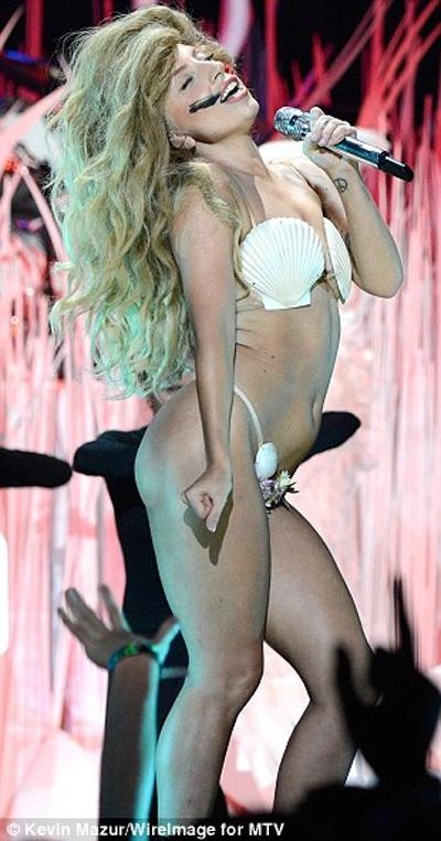 Lady Gaga lại diện áo tắm vỏ sò đi dự tiệc