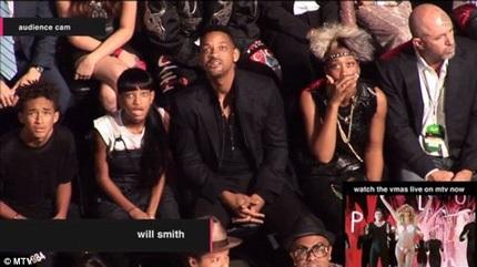 Gương mặt hoảng hốt của gia đình Will Smith khi theo dõi màn trình diễn của Miley