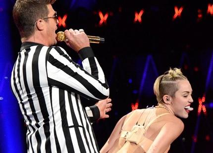 Miley Cyrus ăn mặc gợi cảm và biểu diễn khiêu khích cùng Robin Thicke (36 tuổi) trên sân khấu