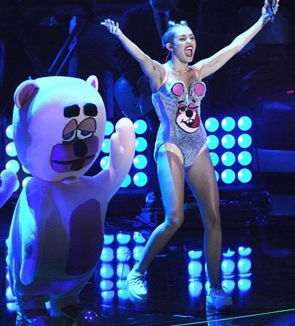 Cô nàng tiếp tục khiến các fan hoảng hốt với bộ biểu diễn khác, một bộ bikini khác