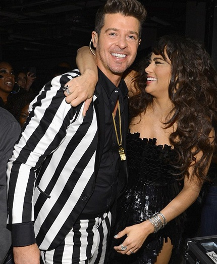 Robin và vợ ôm nhau sau màn trình diễn gây tranh cãi của anh và Miley