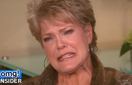 Mẹ của Robin thì bức xúc khi xem phần trình diễn của con trai và Miley