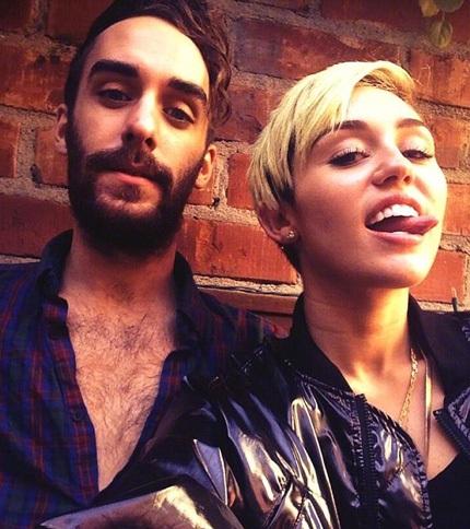 Người bạn thân - Cheyne Thomas là người duy nhất lên tiếng bênh vực Miley Cyrus