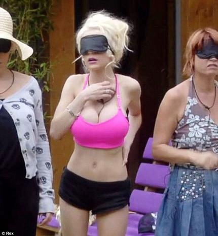 Khán giả Anh bày tỏ sự khó chịu với phong cách khiêu khích của người đẹp 18 tuổi