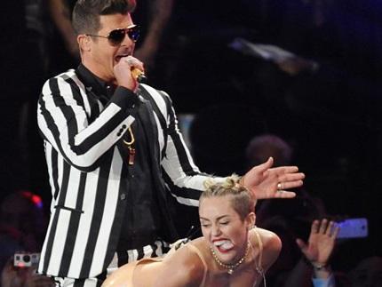 Màn trình diễn gây tranh cãi của Miley tại lễ trao giải VMAs.