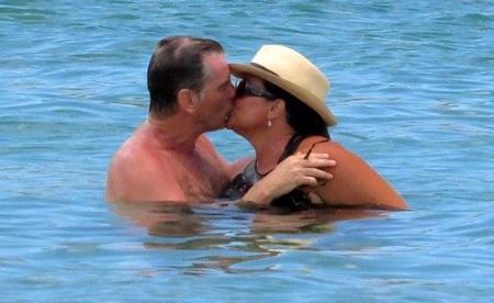 Pierce hôn vợ say đắm trên biển