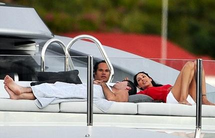 Simon, Lauren và Andrew - chồng cô đi nghỉ với nhau trên du thuyền hồi tháng 1/2012