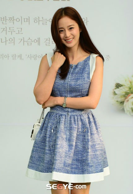 Nữ diễn viên xinh đẹp Kim Tae Hee tới dự đám cưới một mình