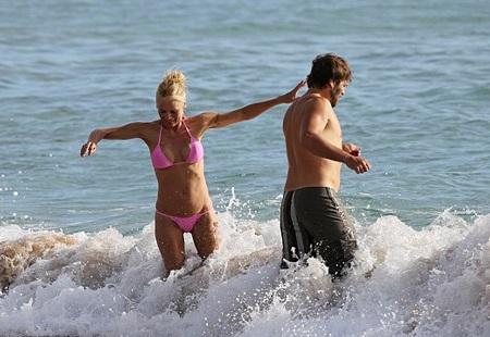 Pamela và chồng cũ cùng nô đùa dưới nước