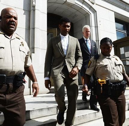 Usher rời tòa và từ chối trả lời các câu hỏi của báo giới