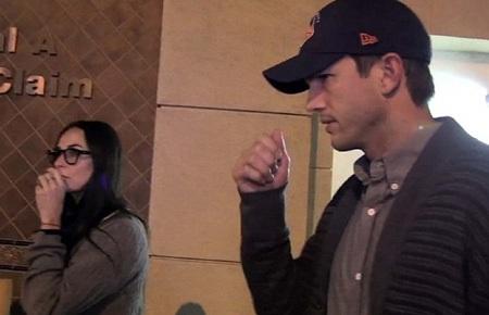Demi Moore và chồng trẻ Ashton Kutcher bất ngờ tái ngộ khi đi cùng một chuyến bay.