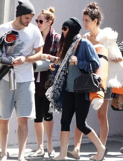 Demi Moore trở nên gần gũi với các con và bạn bè của các con sau khi chia tay chồng trẻ