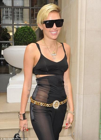 Miley Cyrus ăn mặc táo bạo tại châu Âu để quảng cáo cho những sản phẩm âm nhạc mới nhất