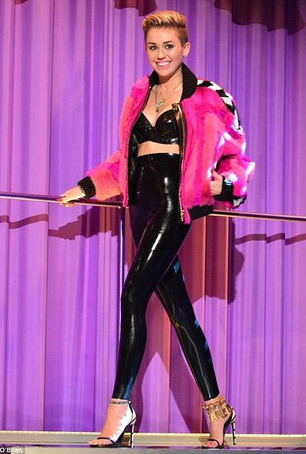 Miley Cyrus tươi tắn tới tham dự buổi phỏng vấn