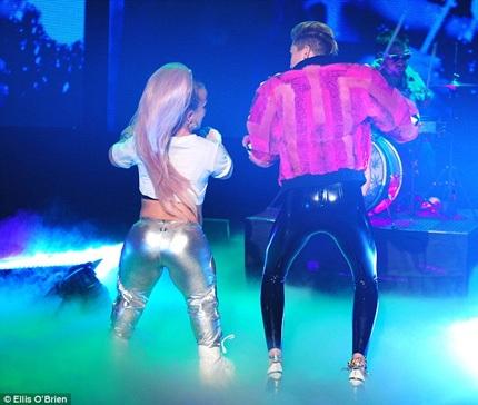 Miley biểu diễn trong chương trình