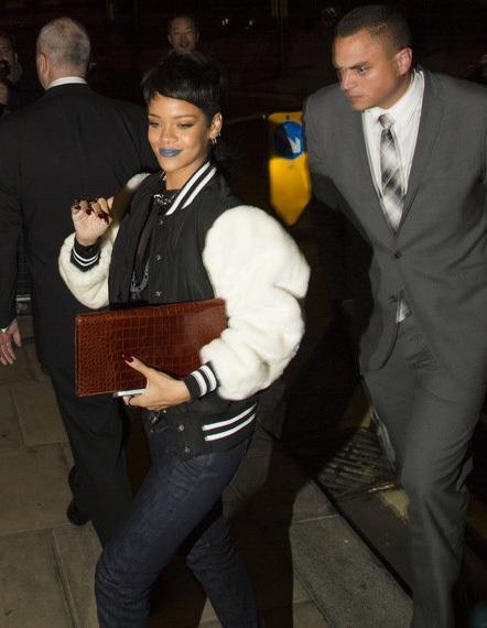 Rihanna vui vẻ vẫy tay chào người hâm mộ