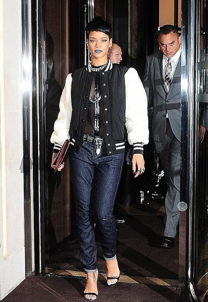Nữ ca sĩ diện quần jeans, kết hợp với áo ren xuyên thấu và áo khoác trẻ trung.