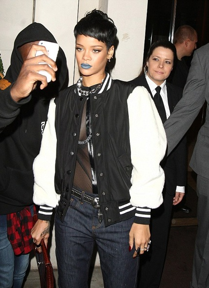 Rihanna tạo điểm nhấn trên gương mặt là màu son xanh vô cùng lạ mắt. Nhà thiết kế của nhãn