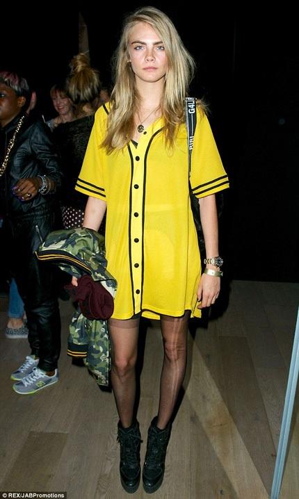 Chiếc váy màu vàng dịu dàngđược cô người mẫu trẻ phối hợp với áo có họa tiết cá tính.