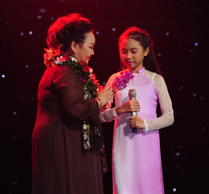 Nghệ sĩ Ngọc Giàu mở đầu cho phần thi solo của Phương Mỹ Chi