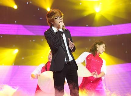 Bùi Anh Tuấn mở đầu chương trình với ca khúc