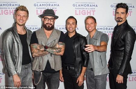 Nick bên những người anh em trong nhóm nhạc Backstreet Boys