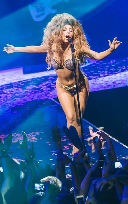 Lady Gaga biểu diễn trong chương trình