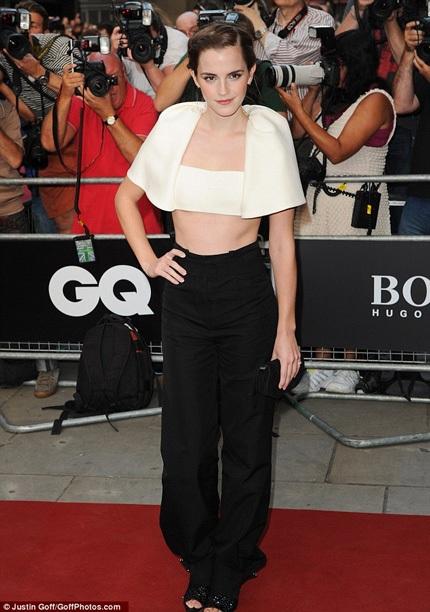 Nữ diễn viên Emma Watson cá tính với áo crop top màu kem