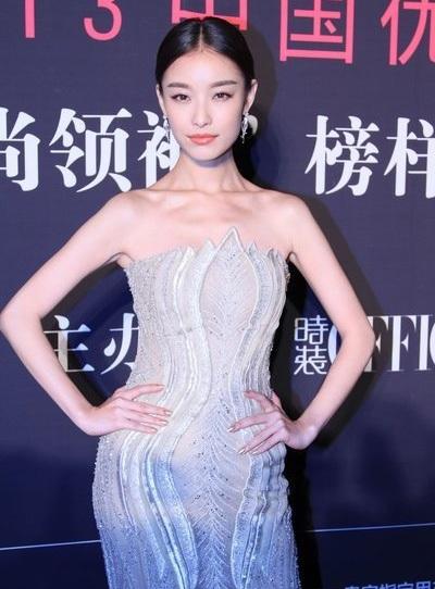 Bữa tiệc thời trang còn có sự tham gia của nhiều người đẹp khác trong làng giải trí Hoa ngữ.