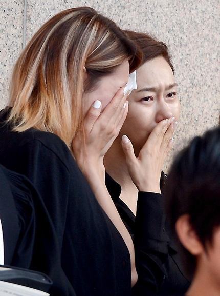 Các đồng nghiệp bật khóc khi tới tiễn đưa Kim Ha Neul