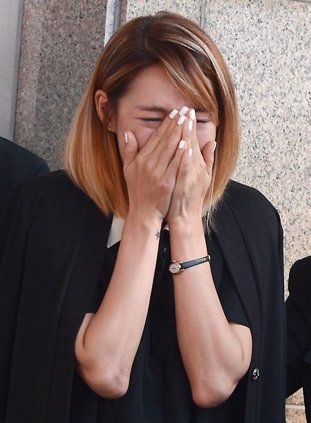 Mẹ của Kim Ha Neul không thể đứng vững khi tiễn đưa con