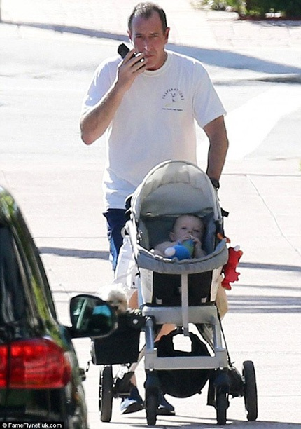 Ông Michael Lohan (53 tuổi) bận rộn đẩy con gái cưng ra phố.