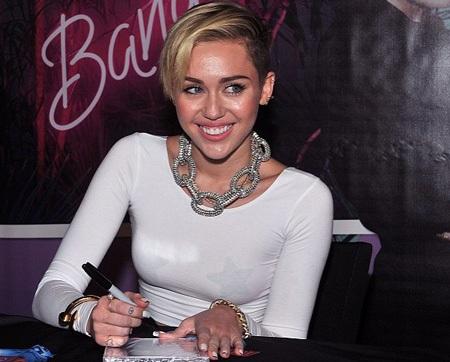 Miley vui vẻ ký tặng người hâm mộ