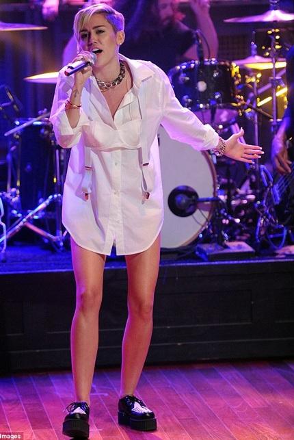 Bột trang phục lạ mắt của Miley trong buổi phỏng vấn trên truyền hình.