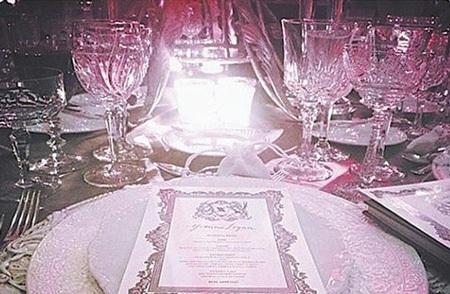 Bàn tiệc sang trọng tại Mỹ của Ngô Kiến Hào và vợ trẻ
