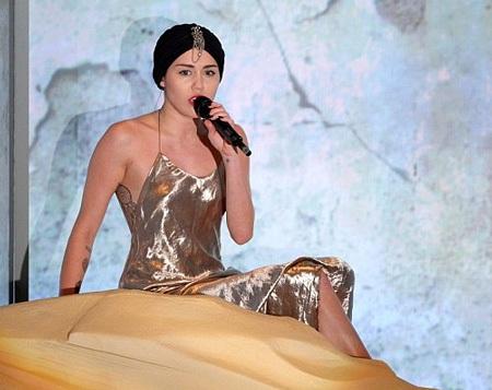 Giọng hát của Miley khiến nhiều người thất vọng vì... quá dở