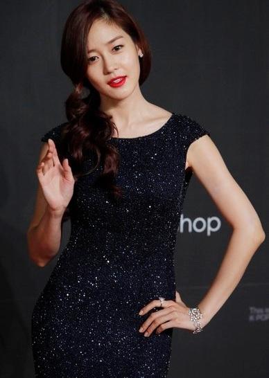Sung Yuri vẫy tay chào người hâm mộ