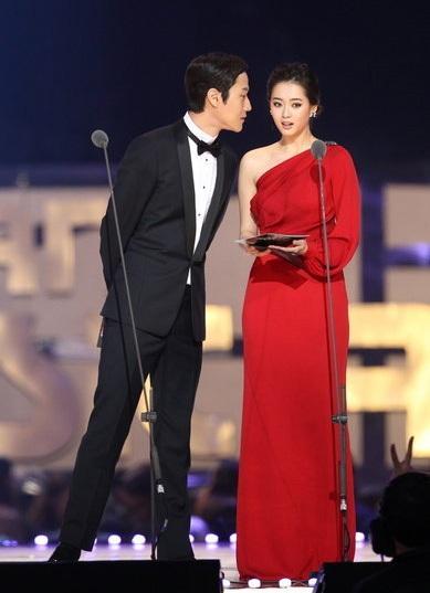 Kim Bum và Go Ara là một trong những người công bố kết quả.